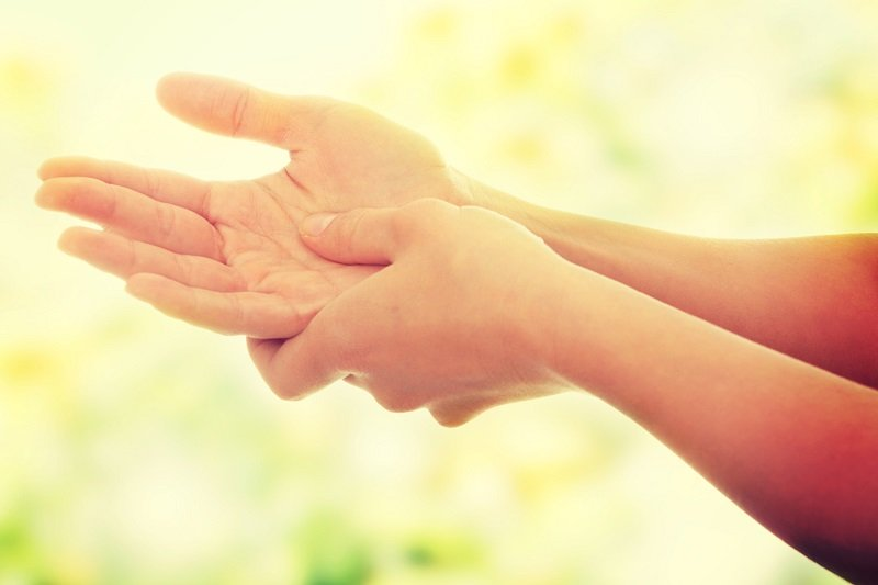 точка на пальце от боли