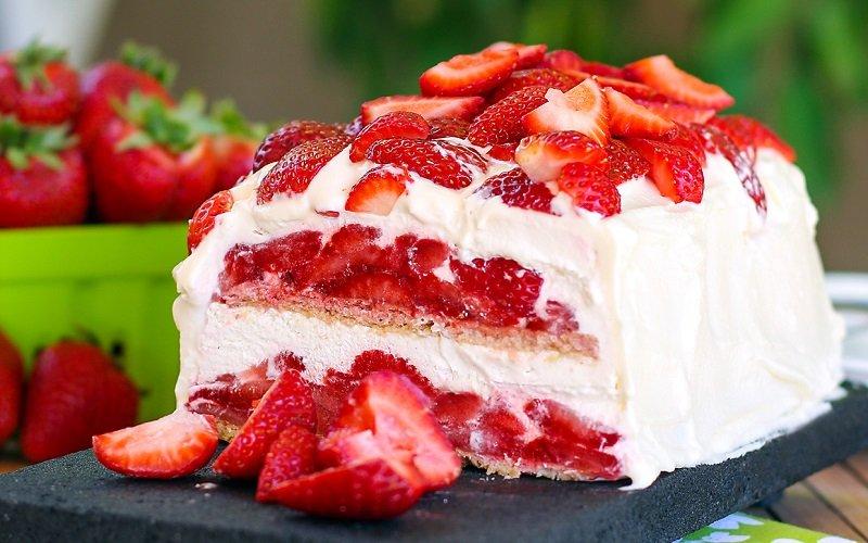 торт с клубникой и сливками без выпечки