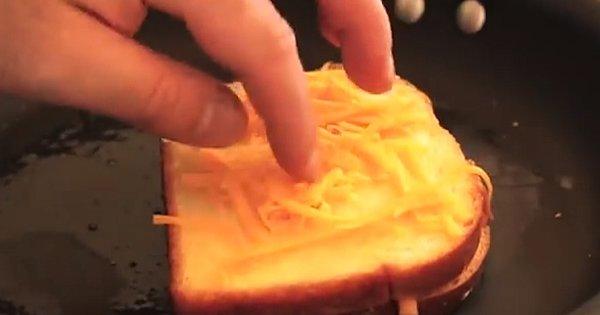 Такого вкусного тоста с жареным сыром ты еще не пробовал! Пальчики оближешь…