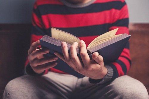 парень читает
