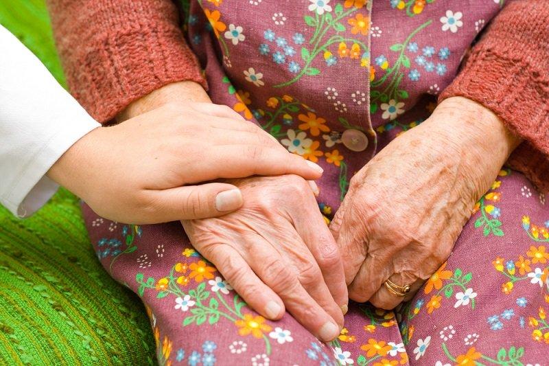 Бабушка тревожится, что сноха отправит ее в дом престарелых, бодрится изо всех сил