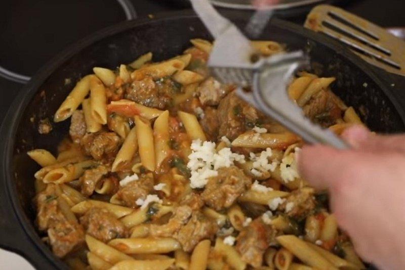 жареные макароны с луком и мясом