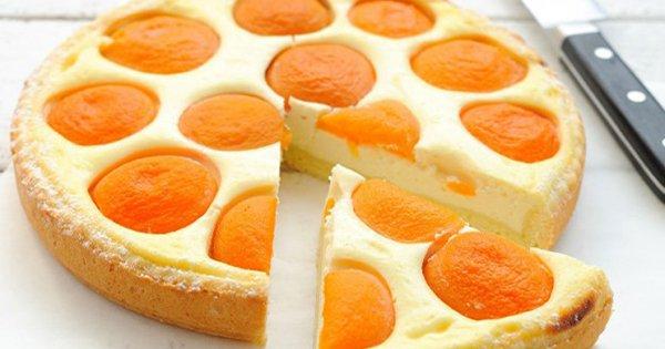 Аппетитный творожный пирог с персиками — отличная идея для летнего десерта.