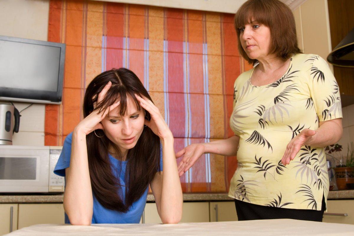 Что делать, если семья мужа хочет спихнуть на руки немощную свекровь