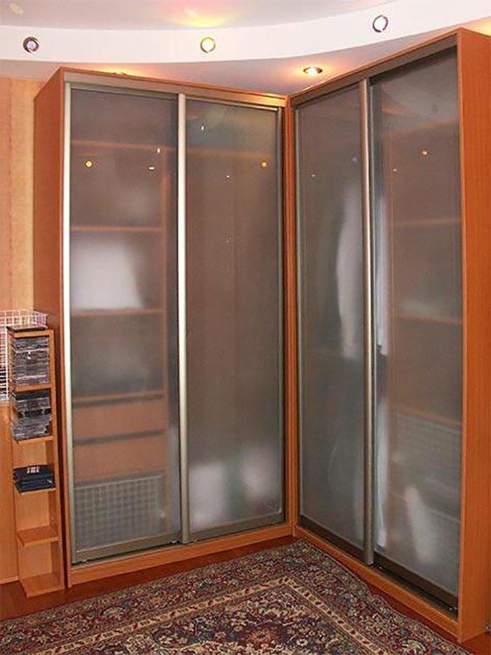 угловой шкаф-купе в маленькую спальню