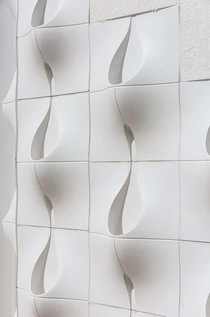 как украсить стену дома