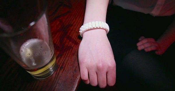 Вот это гаджет! Этот умный браслет определяет, насколько ты пьян, и сообщает твоим друзьям, где ты…