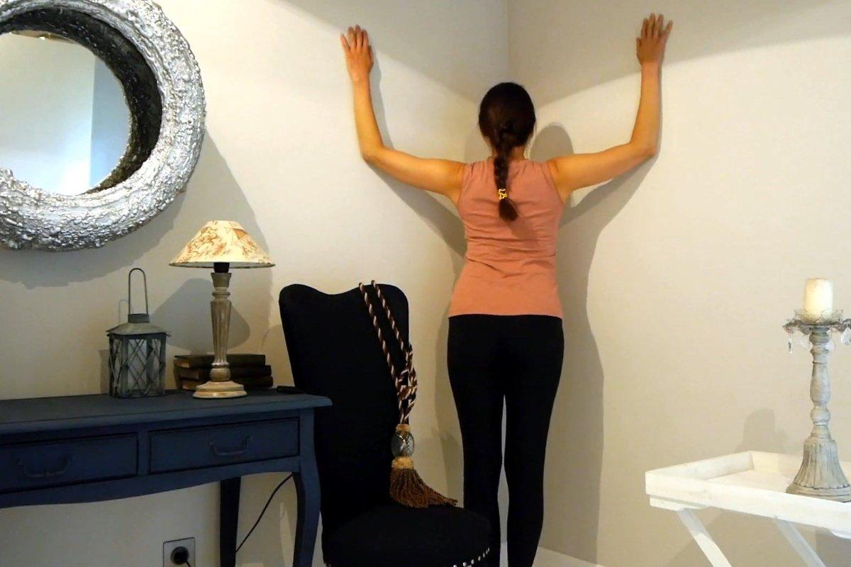 Минутное упражнение для измученных сколиозом, чтобы стало легко спине и она распрямилась нужно, чтобы, стене, мышцы, Нужно, осанкой, упражнений, вверх, делать, следует, корпус, осанки, домашних, полезную, лучше, контролировать, затылок, привычку, лопатки, упражнение
