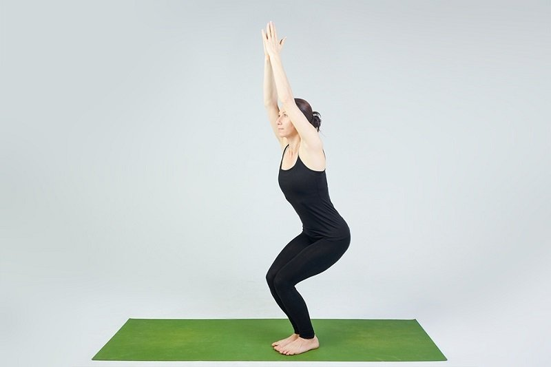 Упражнение «Всадник» — суперсжигатель жира! Чтобы складки ушли, поднимаешь руки вверх, а потом…