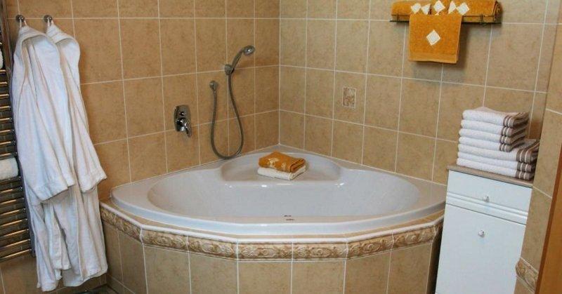 ванная комната с угловой ванной