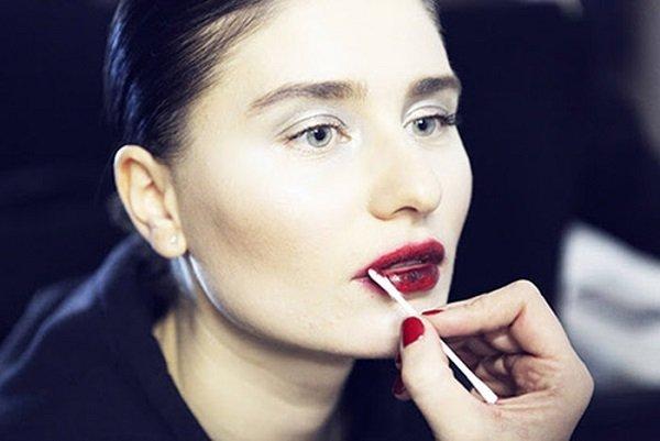 девушка поправляет макияж