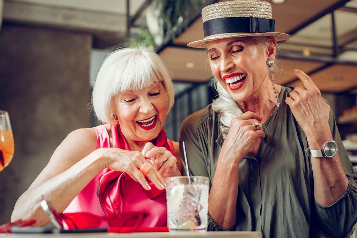 За что подруги ругают пенсионерку, обожающую посиделки в кафе