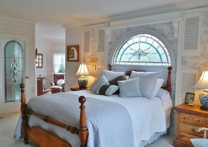 витражные окна в спальне