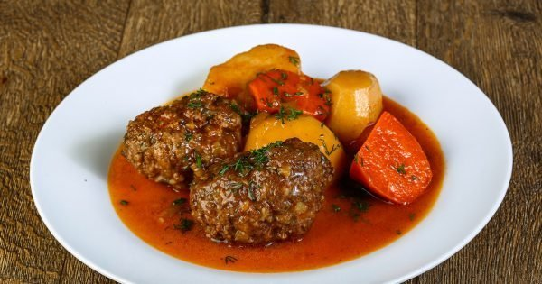 Minced meat balls with potato, carrots and sauce