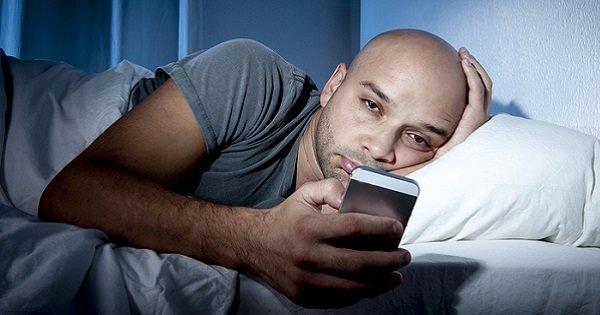 Вот что происходит с твоим мозгом, когда ты пользуешься смартфоном перед сном. Я в ужасе!