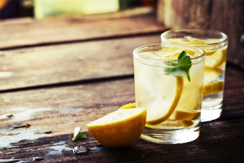 вода с долькой лимона