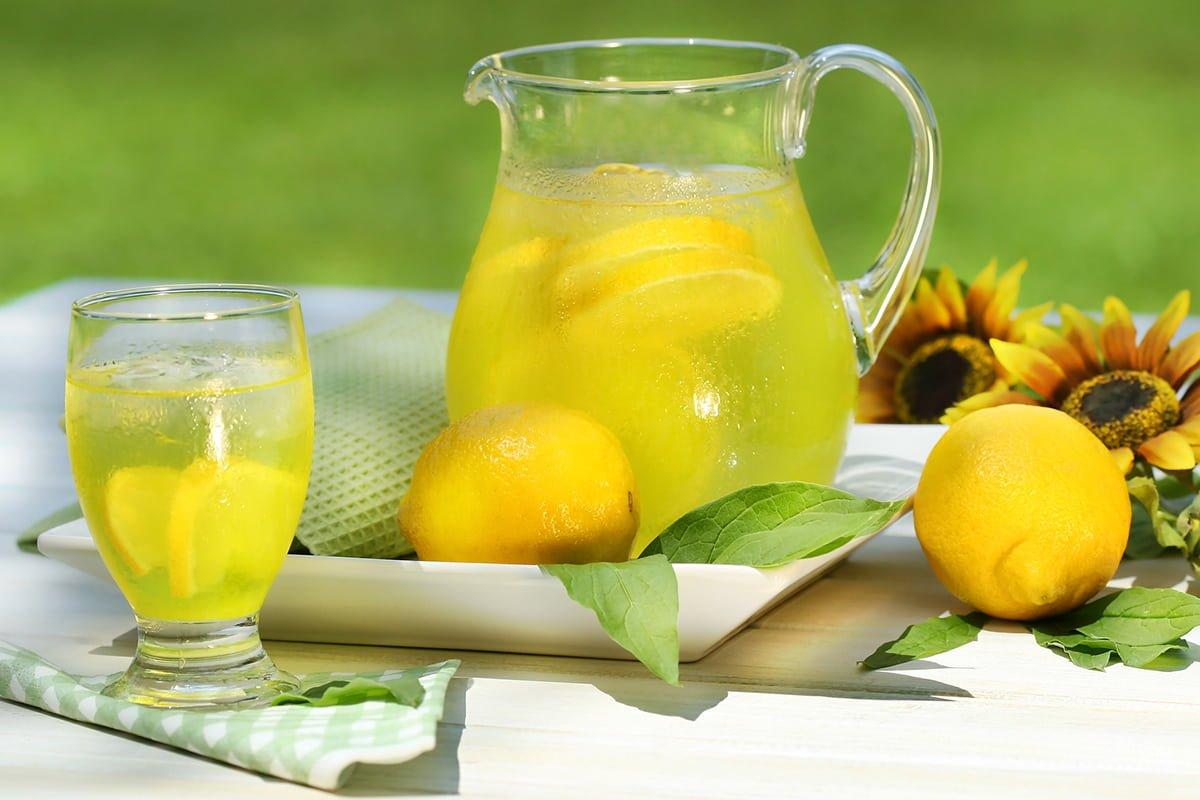 пила воду с лимоном