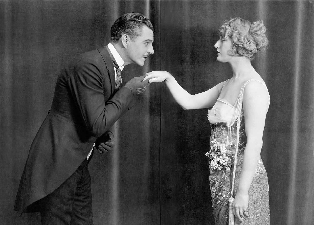 Что нельзя делать современному джентльмену рядом с дамой
