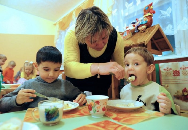 дети едят кашу