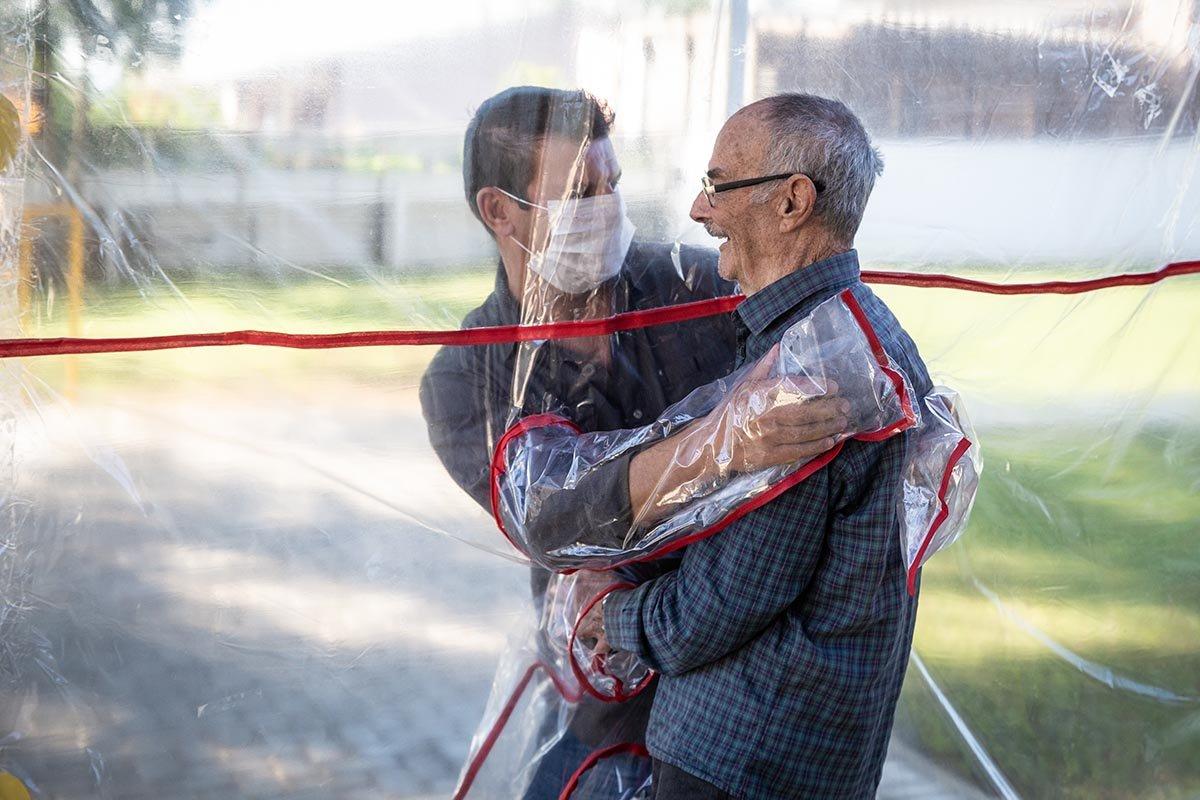 Туннель объятий, который смеется коронавирусу прямо в лицо престарелых, после, впервые, своих, пожилых, обнять, пленку, самоизоляции, приспособление, людям, близких, просто, появилась, объятий, пожилой, шторка, пластиковая, Например, увидеть, родных
