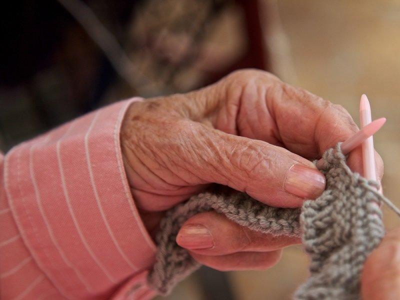 бабушка вяжет носки