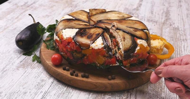 Чудо, а не блюдо: потрясающий овощной террин из баклажанов, перца и сыра