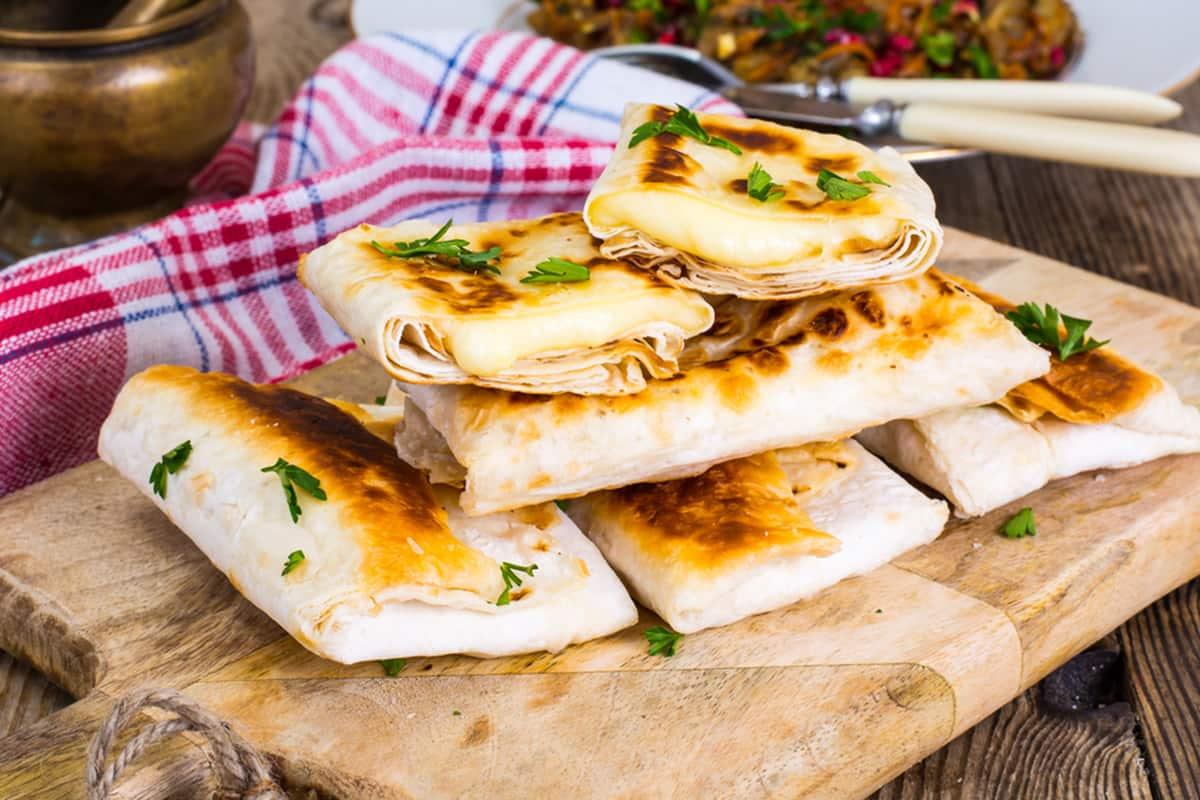 Кого молодая армянка тайком провела на кухню и научила готовить закуску из лаваша