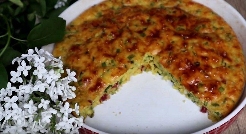 Рецепт заливного пирога на кефире с яйцом Вдохновение,Кулинария,Колбаса,Лук,Пироги,Яйца