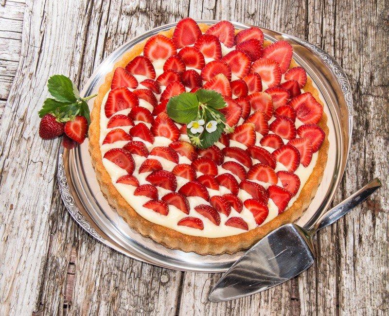 пирог с клубникой и сметаной