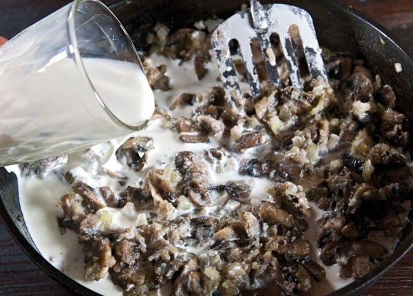 тушеные грибы со сливками