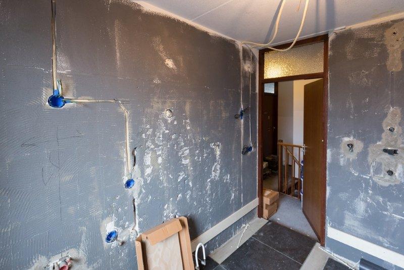 чем закрыть зазор между акриловой ванной и стеной