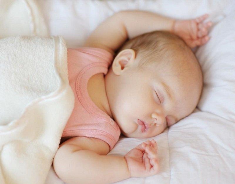 где лучше спать ребенку
