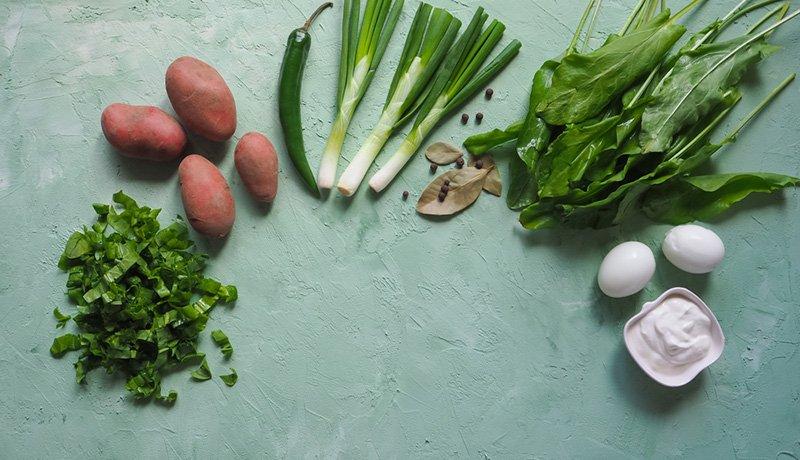 зеленый борщ с щавелем и крапивой