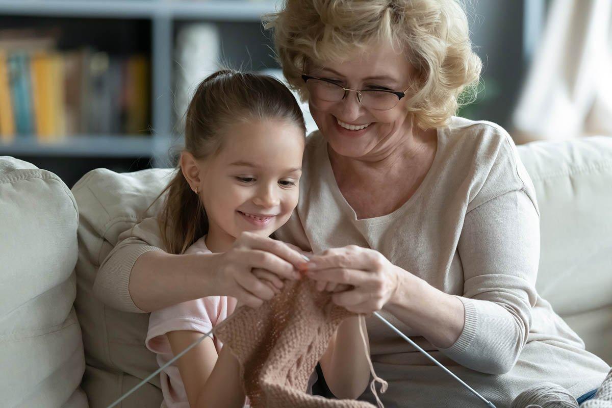 бабушка и внучка вяжут